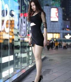 一袭黑色包臀裙,镂空加透视让小美女千娇百媚