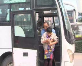 司机何长卿抱着徐凤娟上下车.