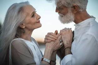 刷爆朋友圈老年情侣写真竟是摆拍 两位老人互不相识