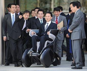日本首相鸠山由纪夫试驾i-real.