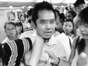 日籍男子早高峰地铁内偷拍中国女孩裙底被抓