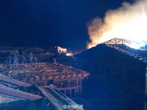 云南香格里拉独克宗古城四方街凌晨发生大火 网友实拍火光冲天 起火原因不明仍在扑救