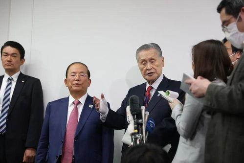 东京奥组委主席森喜朗(左三)回答记者.