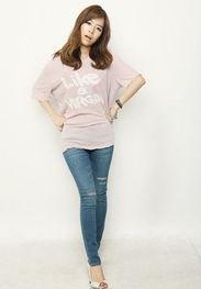 破洞的弹性铅笔牛仔裤,性感十足,搭配粉色宽松蝙蝠袖T,时尚性感...