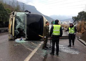 原标题:四川发生三起交通事故致7死20多人伤2月27日,京昆高速广元段事故现场交警正在勘察处理,该起事故造成20多人伤.