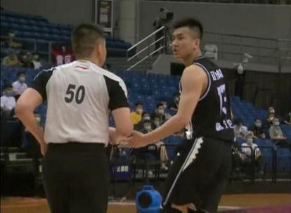 北京男篮16分领先辽宁男篮郭艾伦低迷,与裁判争执被判违体犯规