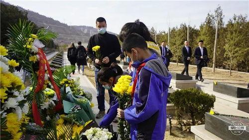 张二彬带着三个孩子为陈红军烈士献花