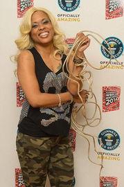 女子20年养护出6米世界最长张牙舞爪的金黄色指甲