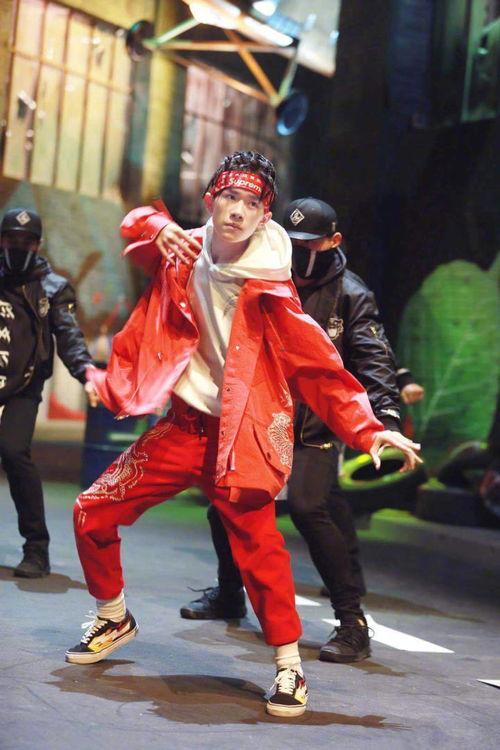 这就是街舞曝易烊千玺忍者造型练舞照红衣脏辫梨涡甜笑燃炸全场