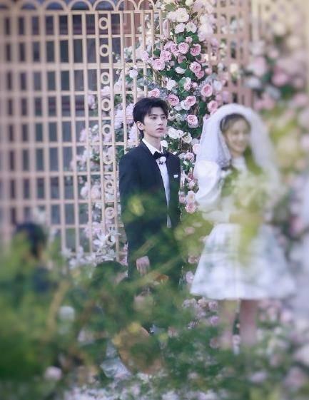 奔跑吧baby关晓彤身穿婚纱,蔡徐坤一身西装,像结婚现场一样
