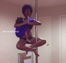 美国女子边跳钢管舞边为女儿哺乳引争议 视频