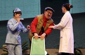 12月20日,演员在表演万荣笑话剧《如此考验》.