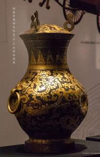 汉铜鎏金银蟠龙纹壶河北博物馆藏器皿,是古人生活中必不可少的用具,它的装饰更要讲究格调和品味,这件铜鎏金银蟠龙纹壶就采用了一项原创的中国技艺——鎏金.