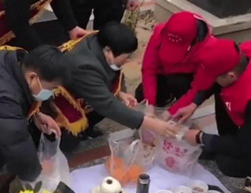 戍边战士英雄不朽,陈妈妈在儿子墓前,摆满了陈红军爱吃的菜