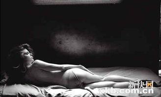 巧的是,妮可·基德曼日前为意大利版《vogue》杂志拍摄了一系列唯美写真,也以侧卧的睡姿出镜,其仪态万方的美与郭德纲相映成趣.