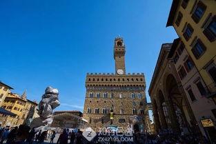 旧宫了解完赛道旁的地标建筑,我们一起看看往届比赛中选手们的精彩瞬间:赛前热身现场火爆佛罗伦萨旧宫,又被称为维琪奥王宫,建于13世纪,是佛罗伦萨的重要地标之一,如今这个古老的宫殿现在作为市政厅仍在使用。