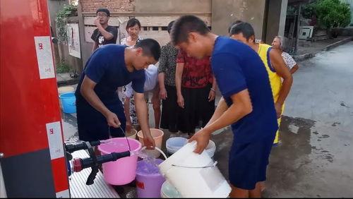 了解情况后,当地消防救援部门连日来持续派出多辆消防车,为鄱阳县鄱阳镇磨刀石村、坽曹村、邓家村和昌州乡一甲村送水170多吨