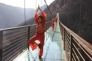 玻璃吊桥将继续上演美女的诱惑(资料图片)红石林景区:aaaa云海(资料图片)近几日天气原因,红石林景区云海不断,让来到这里的游客有踏足云端、飘仙的感觉.