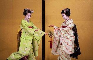 责编:原标题:日本艺妓的神秘生活(组图)一名艺妓正在化妆.