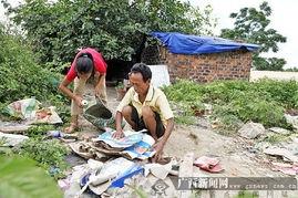 一男子拾荒养弃婴13年 以废弃水井房为家