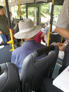 找到了这位牵手老奶奶过马路的21路公交司机