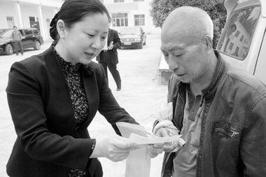 商丘市中院院长将赔偿补助支票送到赵作海手中
