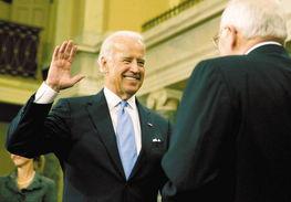 1月6日,在美国华盛顿国会山,美国参议员、当选副总统拜登(左)宣誓连任特拉华州联邦参议员.