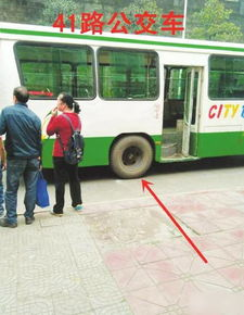 自贡公交车碾压飞石 打掉老人两颗门牙