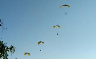 云南上空现空中飞人翼装翱翔蓝天飞人翱翔