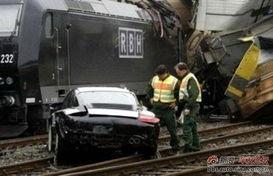 损失超千万 火车相撞18辆保时捷全报废