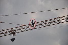 包工头爬塔吊讨薪,跳楼要工资要拘留几天