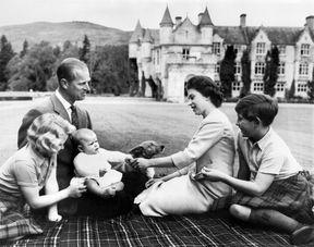 1960年9月8日,英国女王伊丽莎白二世(右二)和丈夫菲利普亲王(左二)、查尔斯王子(右一)、安妮公主(左一)及安德鲁王子(中)。