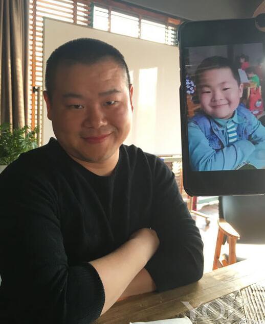 """小男孩撞脸岳云鹏岳云鹏在微博晒出一张与自己撞脸的小男孩照片,并附上文字道:""""谁有这孩子妈妈的照片"""