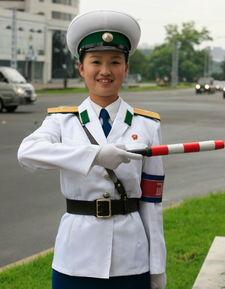 揭秘朝鲜女交警生活16岁入行26岁退役