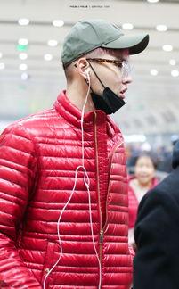 组图 吴亦凡机场素颜露胡茬儿 竟和大妈撞衫了