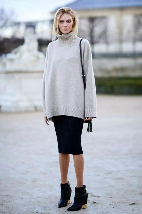 超模anjarubik身穿八色高领毛衣搭配黑色紧身包臀裙