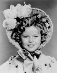 Shirley Temple,中文名秀兰 邓波儿 这个上世纪30年代的好莱坞天才童星,4岁踏足银幕,6岁风靡世界影坛,7岁获得奥斯卡金像特别奖,10岁已经称霸好莱坞票房,成为最具号召力的电影明星