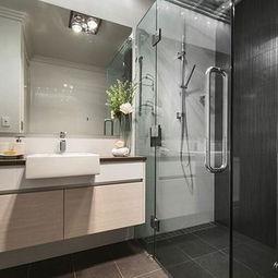 新房玻璃隔断简约浴缸面盆柜时尚个性的浴室效果图