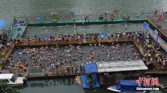 ...游泳池中,一个深水池为50x50米,二个浅水池为25x11米,移动游泳...