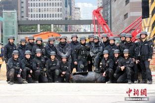 香港警方闹市拆弹:香港警方爆炸品处理课人员完成拆弹程序后合影.
