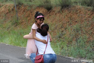 父母离异女童三年多见妈妈一次相聚半天分别时女孩哭追千米