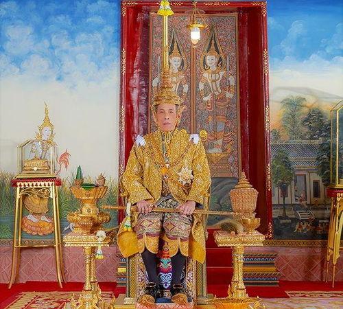 泰国王后打败诗妮娜贵妃,然而泰王带着20个妃子去了德国这波操作太6了