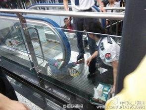 10月8日,重庆轨道交通红旗河沟站一名小孩被电动扶梯卡住.