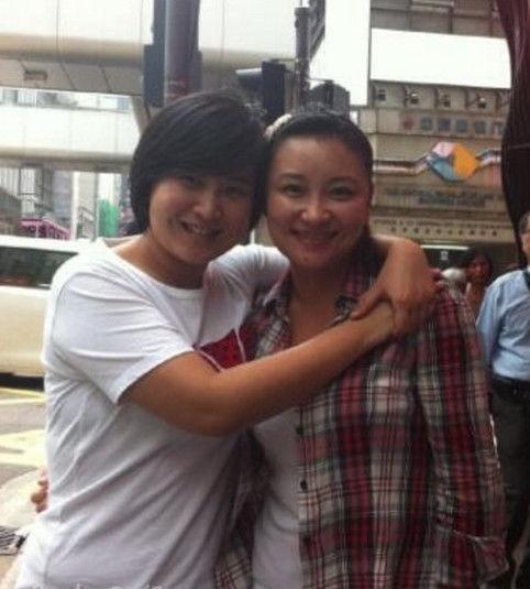 图为贾玲与姐姐贾丹的合影。