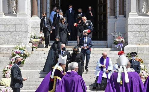 摩纳哥王妃亮相王室葬礼一身黑色配蕾丝面纱美到我,黑天鹅般惊艳