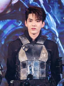 吴亦凡黑色盔甲造型 酷帅十足