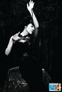 许晴黑白写真女人味十足 性感霸道展现完美曲线