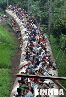 危险 雅加达乘客坐火车车顶出行