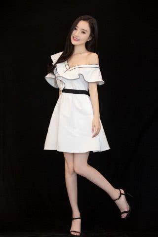 李小璐v领短裙秀香肩美腿妩媚甜笑
