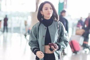 佟丽娅穿露脐装现身,近日,佟丽娅被曝出一组在机场的照片,照片中的佟丽娅一改以往大气的装扮,而是穿了一身露肚脐装,马甲线隐约可见。
